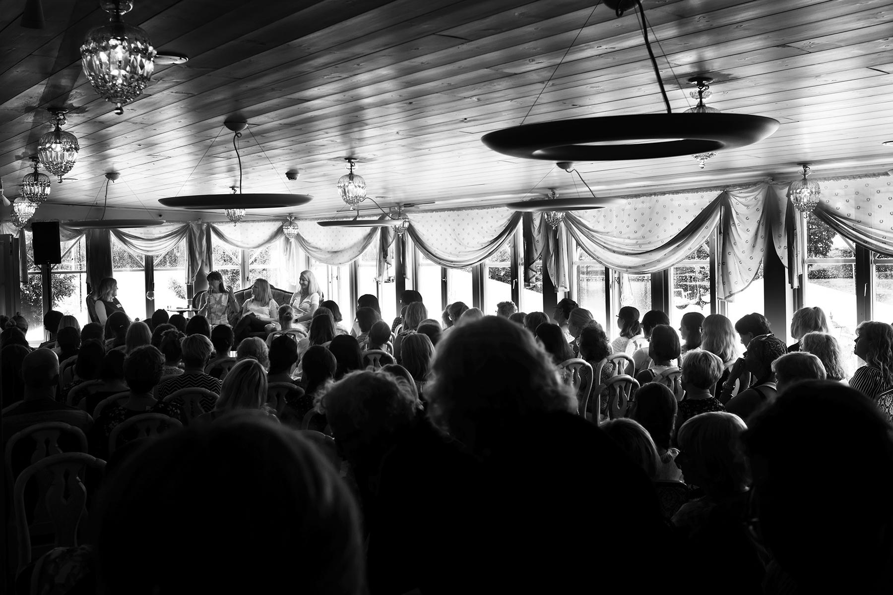 Publikhav i festsalen på Mariefreds värdshus