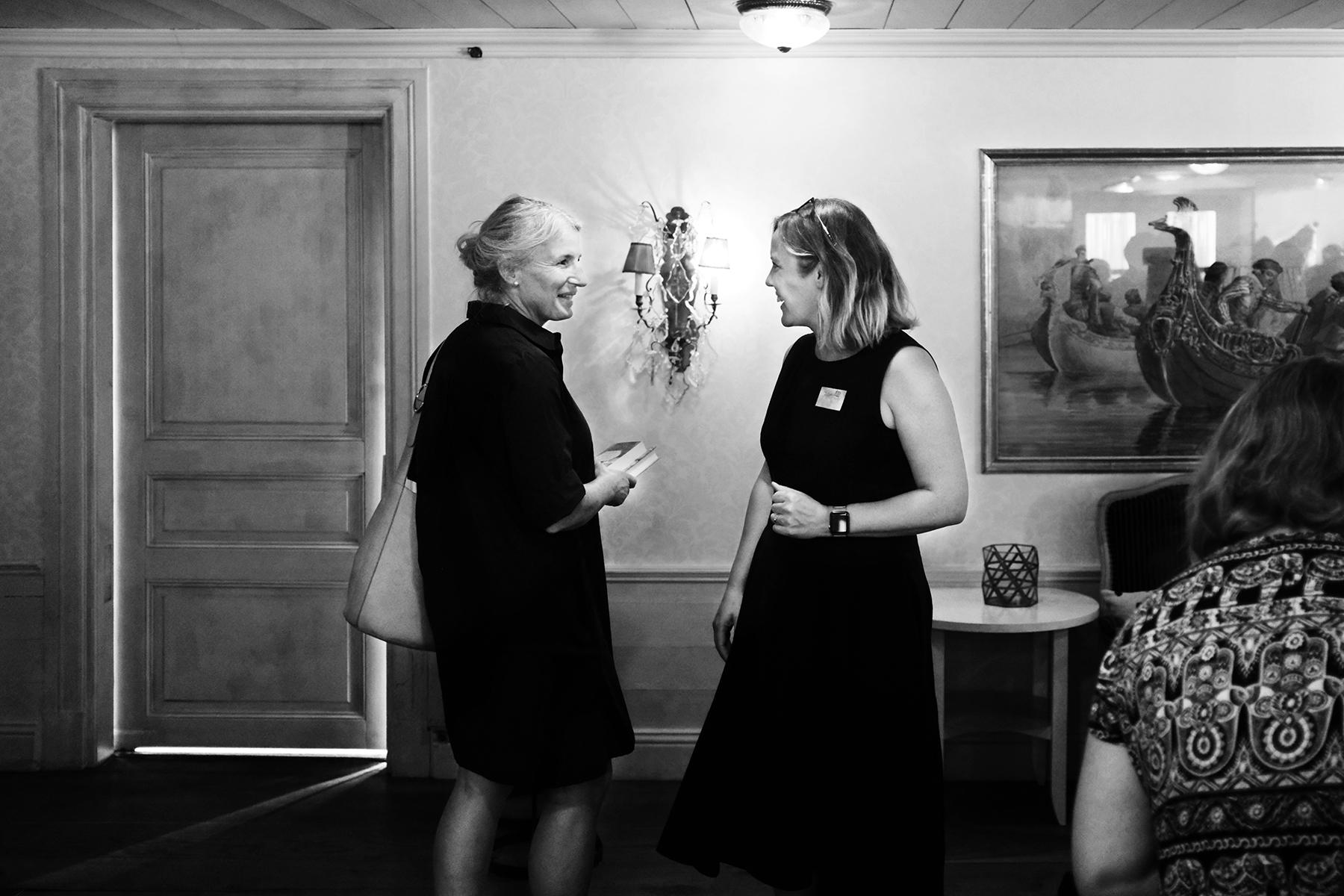 Pia Printz pratar med besökare