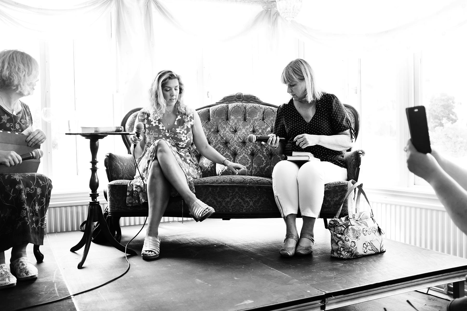 Frida Skybäck och Ewa Klingberg fotas med mobil av besökare inför ett seminarium.