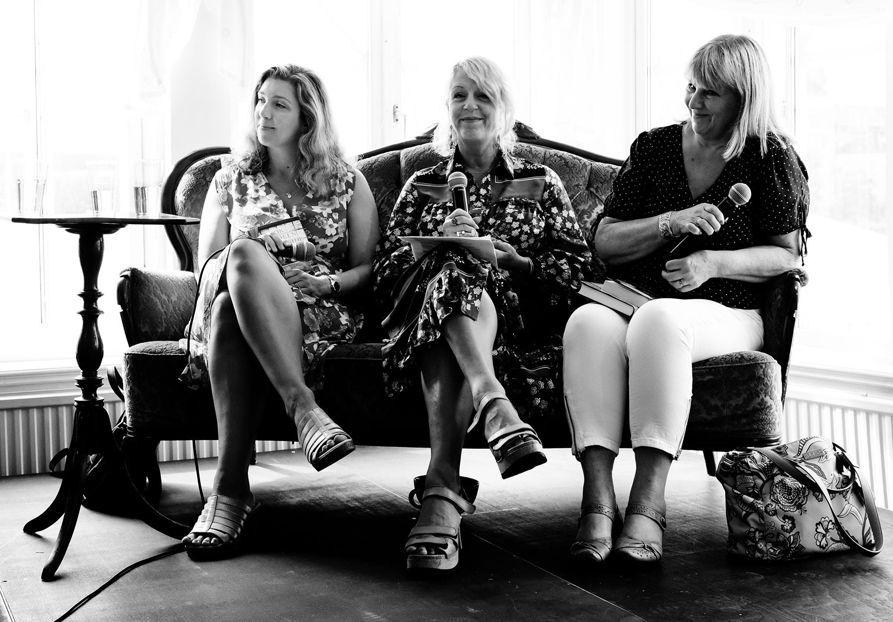 Frida Skybäck, Lina Forss och Ewa Klingberg i antik soffa på scenen.