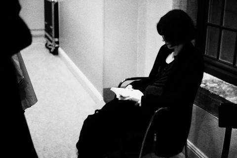 Förläggaren och författaren Linda Skugge var den enda på festivalen som jag såg sitta och läsa backstage.