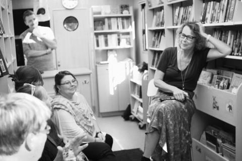 Tove Alsterdal publikhänger i bokbuss efter högläsning.